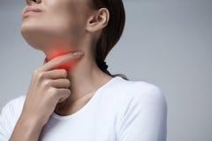 Kehlschmerz Nahaufnahme-Frau mit den Halsschmerzen, schmerzliches Gefühl Lizenzfreie Stockfotografie