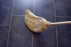 Kehren Sie für das Säubern des Bodens Konzept - Reinigung, Wartung von lizenzfreies stockfoto