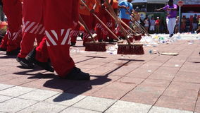 Kehrmaschinen räumen nach Salvador Brazil Carnival auf stock video footage