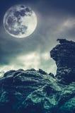Kei tegen hemel met wolken en mooie volle maan Dwarsp stock foto