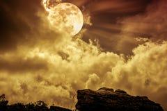 Kei tegen hemel met wolken en mooie volle maan openlucht royalty-vrije stock foto