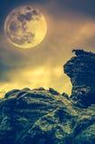 Kei tegen hemel met wolken en mooie volle maan openlucht royalty-vrije stock fotografie