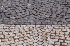 Keien, bestrating De textuur van de steenbestrating Gevormde het graniet cobblestoned de achtergrond van de bestratingsvloer royalty-vrije stock afbeeldingen