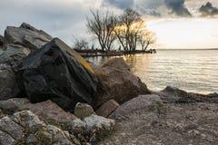 Keien en stenen op de rivierbank royalty-vrije stock afbeeldingen