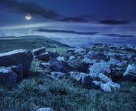 Keien op de bergweide bij nacht Stock Afbeelding