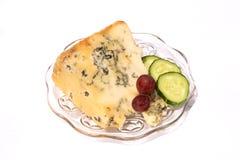 Keil des Stilton Käses mit Gurke lizenzfreie stockfotos