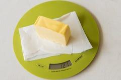 Keil von Butter auf Küchenskala Lizenzfreie Stockfotografie