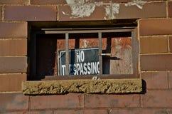 KEIN ÜBERTRETENDES Zeichen auf Stahlbaufenster lizenzfreie stockfotos