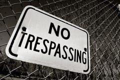 Kein übertretendes Zeichen auf Zaun Lizenzfreies Stockbild