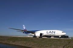 Kein Abbruch von Boeing 777 auf einem blauen Himmel Stockbild