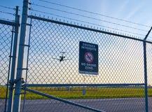 Kein Brummenzonenzeichen und -flugzeug Lizenzfreies Stockfoto