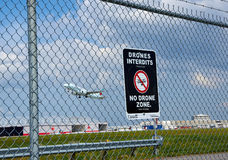 Kein Brummenzonenzeichen und -flugzeug Stockfotografie