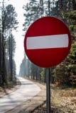 Kein Eintrag-Verkehrsschild Fahrbahnmarkierungen, die einen Waldweg bereitstehen stockbild