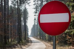 Kein Eintrag-Verkehrsschild Fahrbahnmarkierungen, die einen Waldweg bereitstehen lizenzfreies stockfoto
