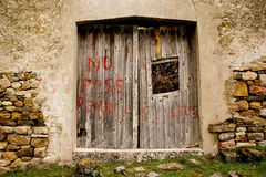 Kein Eintritt, aggressive Hunde, verlassenes spanisches Haus Stockfoto