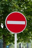 Kein Eintritts-Verkehrsschild-Grün-Hintergrund stockbild