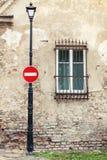 Kein Eintrittszeichen, das am Laternenpfahl hängt Lizenzfreie Stockfotos