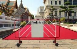 Kein Eintrittszeichen vor einem roten Teppich Stockfotos