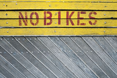 Kein Fahrradzeichen auf einem hölzernen Hintergrund Stockbild