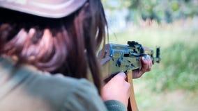 Kein Gesicht unerkennbare Person der jungen Frau, mit einem Kalashniko Stockfotografie