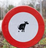Kein Hundeheck - Zeichen, Parks in Belgien sauber zu halten lizenzfreie stockbilder