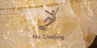 Kein kletterndes Zeichen graviert auf braunem Felsen lizenzfreie stockbilder