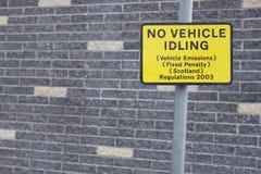 Kein Leerlaufzeichen des Fahrzeugs auf Straßenstraße, Fahrzeugemissionen zu verringern regelte Strafregelungen Schottland stockbilder