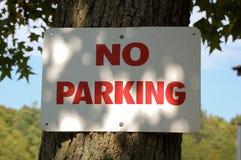 Kein Parken-Zeichen genagelt auf einen Baum Lizenzfreie Stockbilder