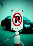Kein Parkenzeichen mit Auto auf Hintergrund Lizenzfreies Stockfoto
