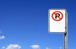 Kein Parkenzeichen mit Exemplarplatz Stockfotografie
