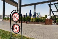 Kein Radfahren und keine Hunde erlaubten Zeichen im Park lizenzfreies stockfoto