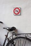 Kein Radfahrenzeichen und Fahrrad Lizenzfreie Stockfotos