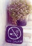 Kein Rauchzeichen in der Hand, das mit Zigeunerblume zeichnet Stockbilder