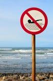 Kein Schwimmenzeichen mit rauem Meer Lizenzfreie Stockfotografie