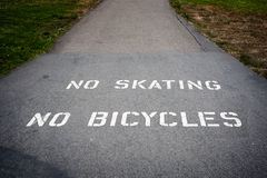 Kein Skateboard fahrender Eislauf oder Fahrräder über diesem Punkt hinaus Stockbilder