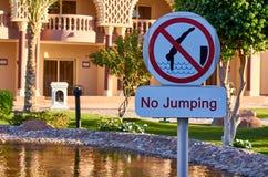Kein springendes Zeichen auf dem Wasserhintergrund Stockfotos