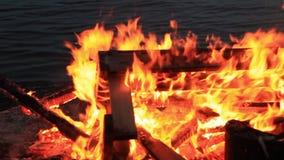 Kein Ton Dreißig 30 Sekunden eines entspannenden Brandes einer Picknickbank am Ende einer Partei stock footage