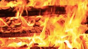 Kein Ton Drei?ig 30 Sekunden Detail und extreme Nahaufnahme der brennenden Picknickbank am Ende einer Partei stock video footage