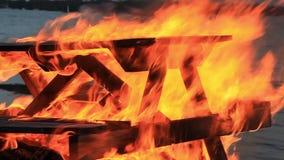 Kein Ton Extremes Nahaufnahmevideo eines brennenden Picknicktischs am Ende einer Partei durch einen Gew?sser r stock video footage