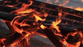 Kein Ton Extremes Nahaufnahmevideo eines brennenden Picknicktischs am Ende einer Partei durch einen Gew?sser stock footage