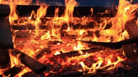 Kein Ton Fünfundzwanzig 25 Sekunden Extreme Nahaufnahme der brennenden Picknickbank am Ende einer Partei stock video footage