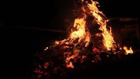 Kein Ton Fünfzehn 15 Sekunden Schüren der brennenden Picknickbank am Ende einer Partei stock video