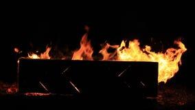 Kein Ton Nahaufnahmevideo einer brennenden Picknickbank am Ende einer Partei Sommerferienspa? oder b?swillige Zerst?rung des Eige stock video footage