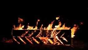 Kein Ton Vierzehn 14 Sekunden der schneller und brennenden Picknickbank der Zeitlupe am Ende einer Partei stock video footage