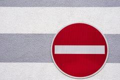 Kein Verkehrszeichen auf einer Hausmauer Stockfoto