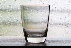 Kein Wasser in einem Glasbecher mit Filmszenen mit Kondensation glas Stockfoto