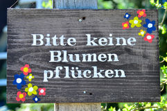 Keine Blumen pflücken. A sign with the heading no picking flowers in German language stock images
