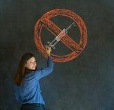 Keine Drogenfrau auf Tafelhintergrund Stockfoto
