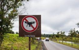 Keine Drohnen unterzeichnen, keine Fliegenzone im Park Lizenzfreie Stockfotos
