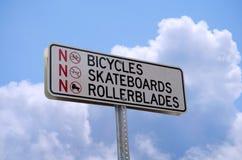 Keine Fahrrad-Skateboards oder Rollerbladeszeichen Stockbild